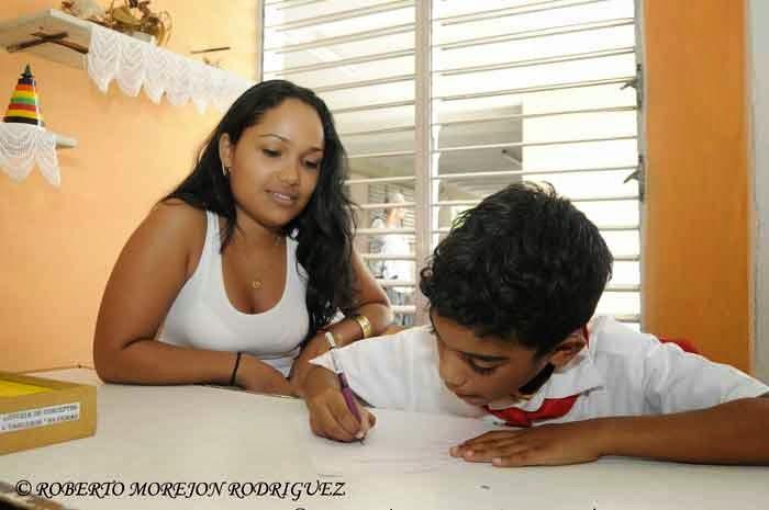 Una docente trabaja con un pionero en la escuela especial Solidaridad con Panamá, en La Habana, Cuba, el 9 de septiembre de 2014.