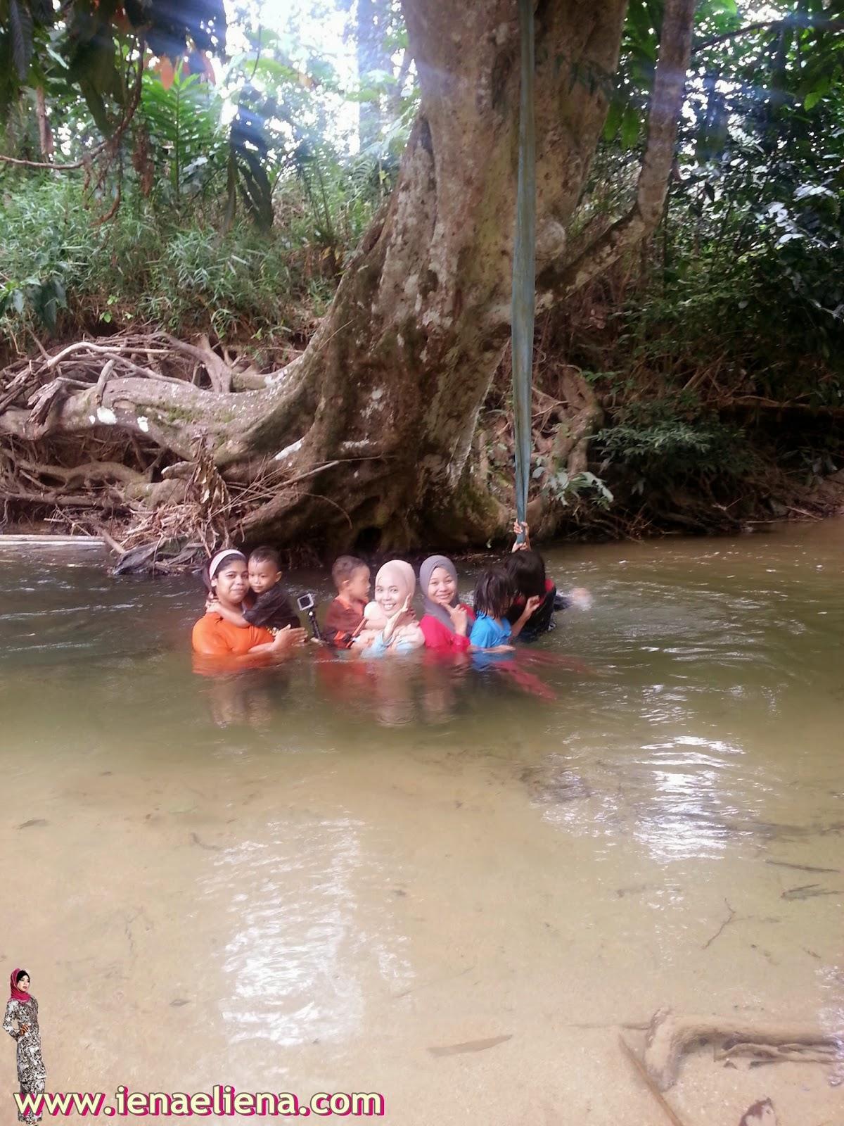Mandi Sungai bersama keluarga