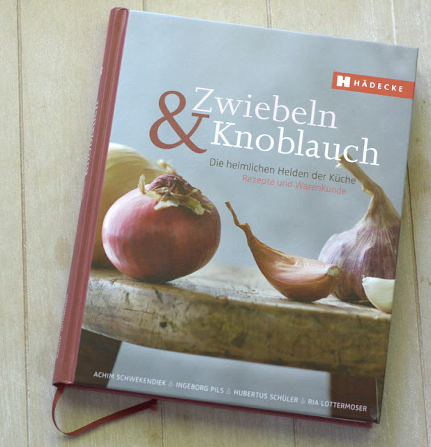 bushcooks kitchen rezension zwiebeln knoblauch von achim schwekendiek. Black Bedroom Furniture Sets. Home Design Ideas