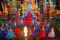 Bagian dari wilayah benua Asia tempat negara kita berada memang dipenuhi kekayaan alam dan keunikan. Dengan wilayah strategis yang pernah disambangi berbagai bangsa sejak ribuan tahun lalu menjadikan wilayah ini memiliki kebudayaan yang kaya.  Kawasan yang terdiri dari sepuluh negara yang berada di Indochina dan Semenanjung Malaya ini terkenal karena berbagai objek wisatanya yang menakjubkan, baik objek wisata berupa keindahan alam maupun buatan manusia. Salah satu yang paling dikenal dari Asia Tenggara barangkali adalah pulau Bali di negara kita yang sayangnya tak banyak diketahui oleh turis asing kalau wilayahnya berada di Indonesia. Selain Bali, masih banyak lagi hal-hal unik dan seru yang ada di Asia Tenggara. Berikut adalah 5 Hal Unik Yang Ada Cuma Di Asia Tenggara :  1. Pertunjukan Kabaret Tiffany Ladyboy Pattaya    Sudah bukan rahasia lagi kalau daerah Pattaya di kota Bangkok, Thailand merupakan tempat yang terkenal karena industri seks dan kehidupan malamnya. Go-go bar, klab malam, pekerja seks komersial yang menjajakan diri di pinggir-pinggir jalan, dan terutama lady boy (sebutan untuk kaum transgender di Thailand) adalah bagian tak terpisahkan dari Pattaya yang menjadi daya tarik utama bagi pengunjung dari seluruh dunia yang memang sengaja mendatangi daerah ini untuk mencari hiburan malam.  Di antara semua atraksi malam yang disajikan Pattaya, salah satu yang paling populer adalah Tiffany Cabaret Show. Menurut situs resmi Bangkok, pertunjukan yang sudah disuguhkan sejak tiga dekade lalu ini termasuk yang paling dinanti turis asing. Dipertontonkan di teater besar nan megah dengan para penari berkostum spektakuler menjadikan pertunjukan para waria cantik (kaum transgender Thailand terkenal memiliki paras jelita) tersebut sangat menghibur.