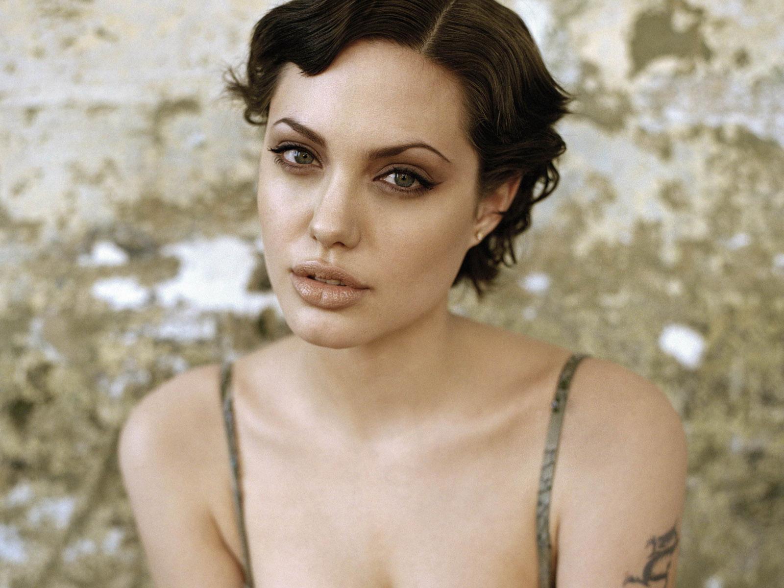 imagenes de angelina jolie sin ropa - imagenes de ropa   Angelina Jolie su topless y su vídeo lésbico nunca vistos