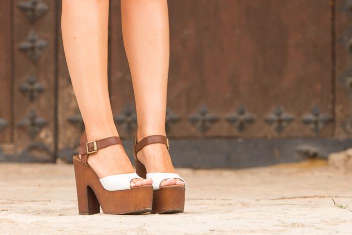 Sandalias plataforma madera atadas al tobillo hebilla