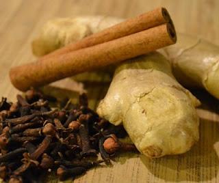 В имбирный чай можно добавить корицу, лимон, гвоздику и чеснок