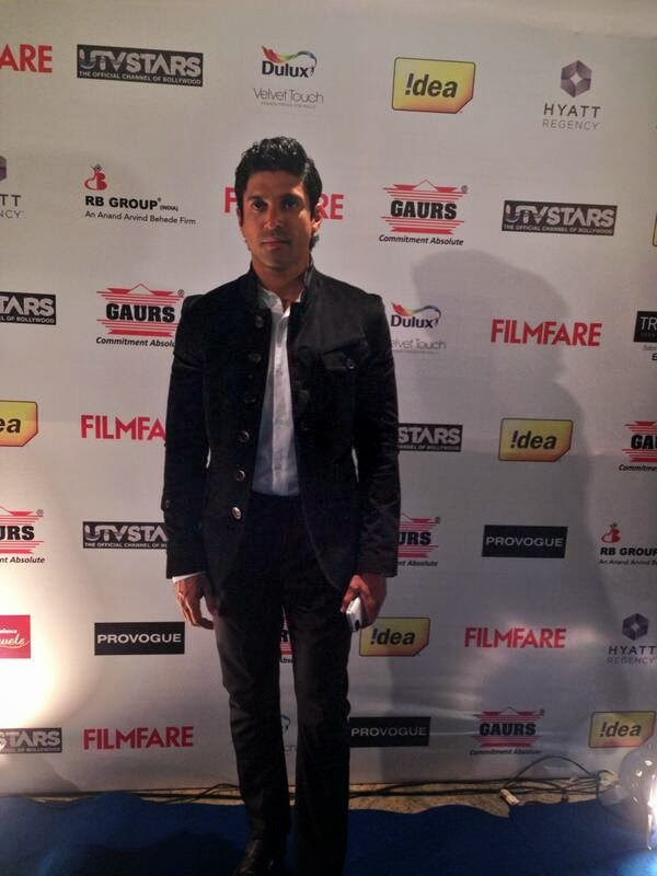 The uber cool Ranveer Singh makes a grand entry at the Filmfare Awards party