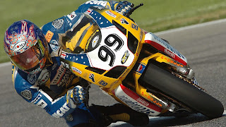 Mooie foto van een racemotor door de bocht van een circuit
