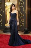 Сандра Бълок в тъмно синя рокля на Алекзандър Маккуин на Оскари 2014