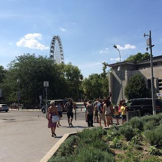 puisto budapestissä, taustalla maailmanpyörä