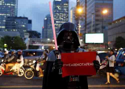 TOLAK TEROR:  Sejumlah orang menggelar aksi menolak teror di Jalan MH Thamrin, Jakarta Pusat, Jumat (15/1) seperti dalam foto ini dengan berpakaian ala Dart Vader.   Foto diambil dari REUTERS
