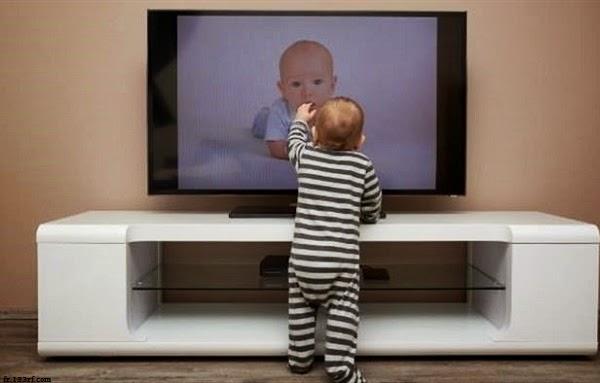 Photo bébé mignon regarde la télé
