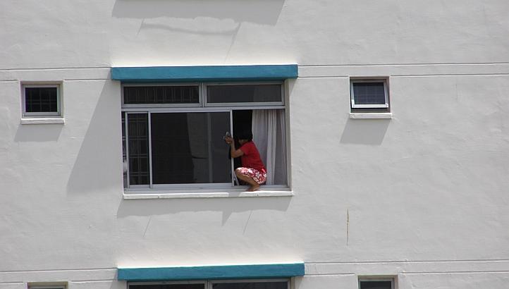 internsing pensez surveiller votre femme de m nage lorsqu 39 elle nettoie les vitres. Black Bedroom Furniture Sets. Home Design Ideas