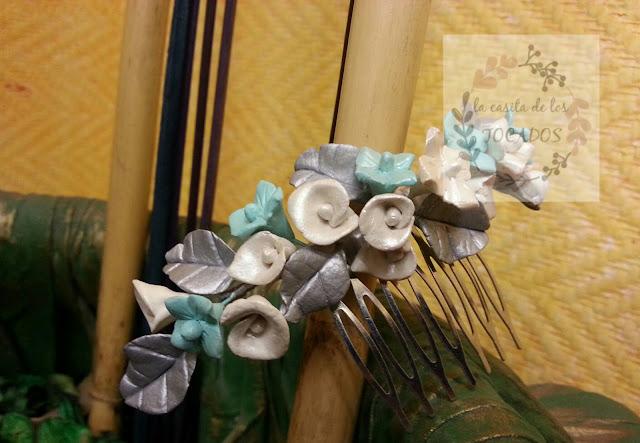 peineta artesanal para novia realizada en porcelana fría a mano en colores plata, marfil y verde agua
