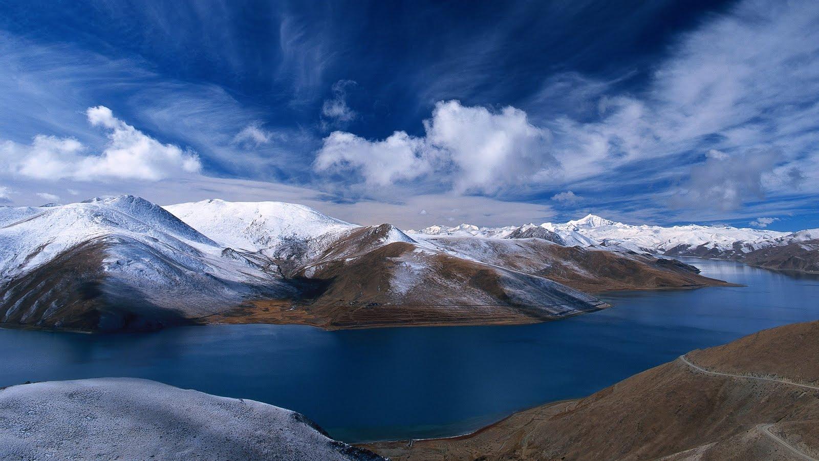 Natuur desktop wallpaper sneeuw bergen en blauw meer