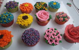 buttercream icing decoration on cupcakes