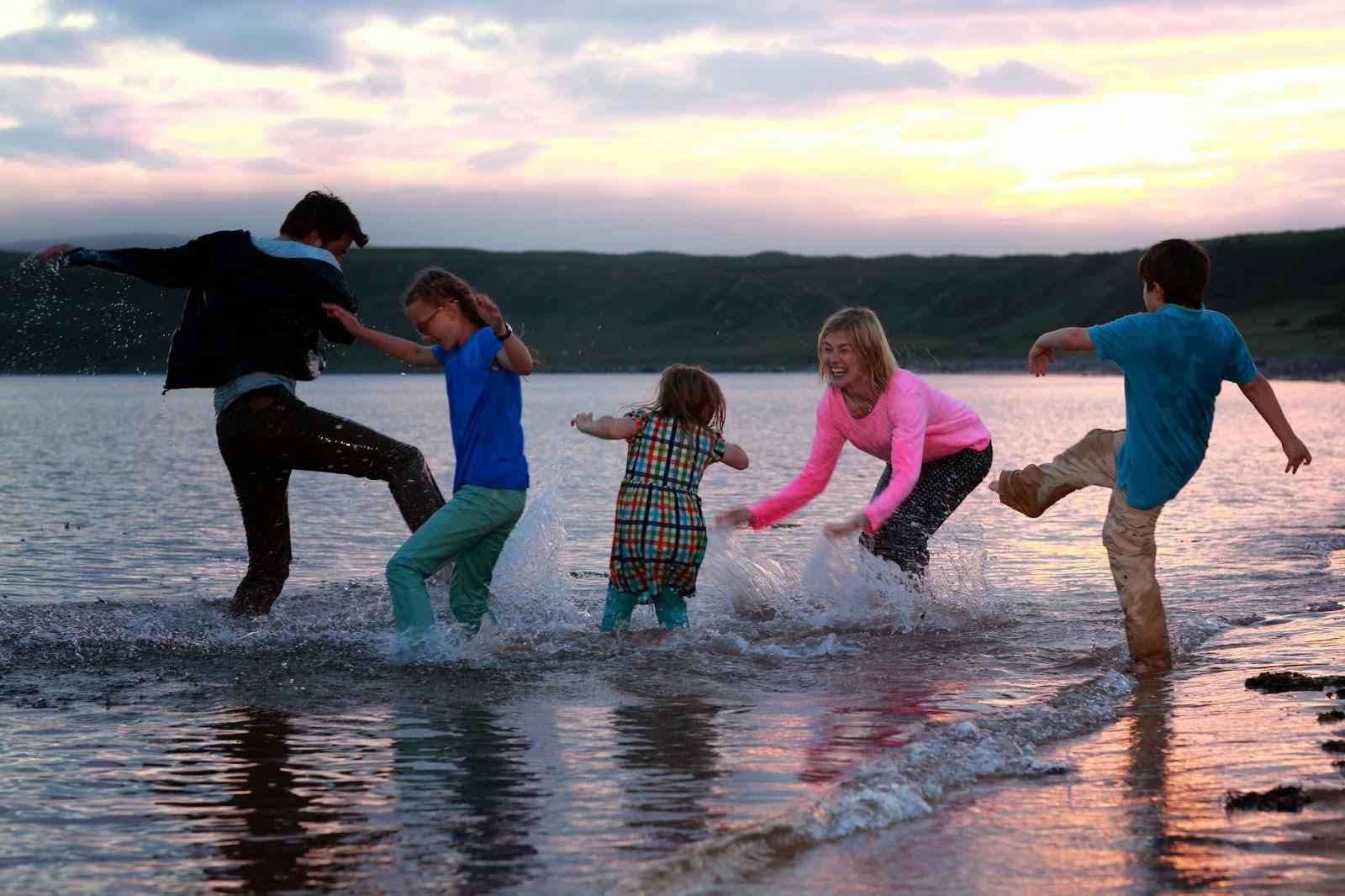 Crítica de 'Nuestro último verano en Escocia': Divertida, ácida y finalmente original comedia británica