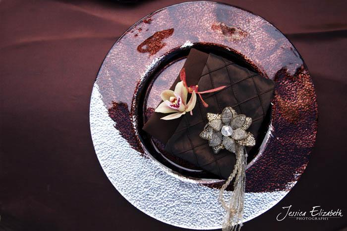 arreglo de mesa en viñedo rustico boda-cubierto marrón chocolate y negro-country tablescape