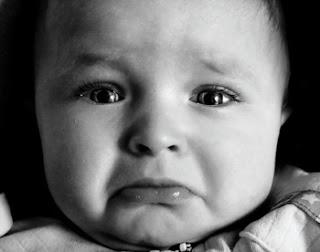 cara triste de bebe en blanco y negro