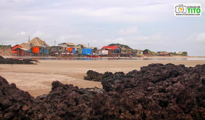 Pedras e bares na baixa temporada da praia da Princesa, na ilha de Maiandeua (Algodoal), no Pará