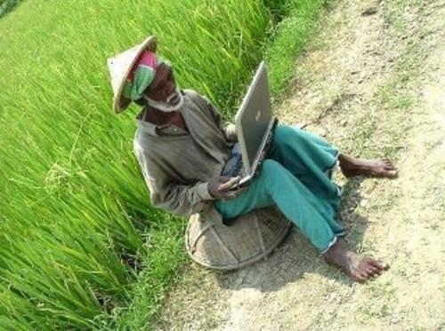 kakek dan laptop