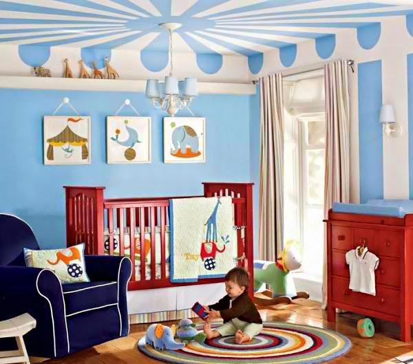 Una decoración de dormitorio para bebé varón con colores azules y
