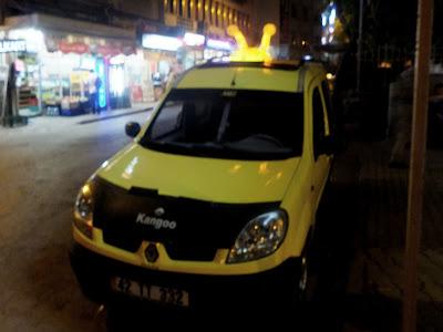 автомобиль со светящимися рожками