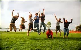 sekelompok orang sehat melompat