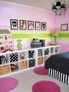 Decoração de quarto de criança com nichos e cestos para organizar os brinquedos.