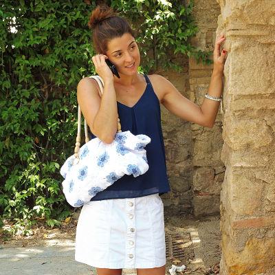 Chica hablando por teléfono con un bolso de granny square flor africana
