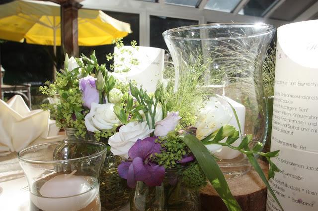 Tischdekoration in Creme, Grün und Lila - rustikal-elegant
