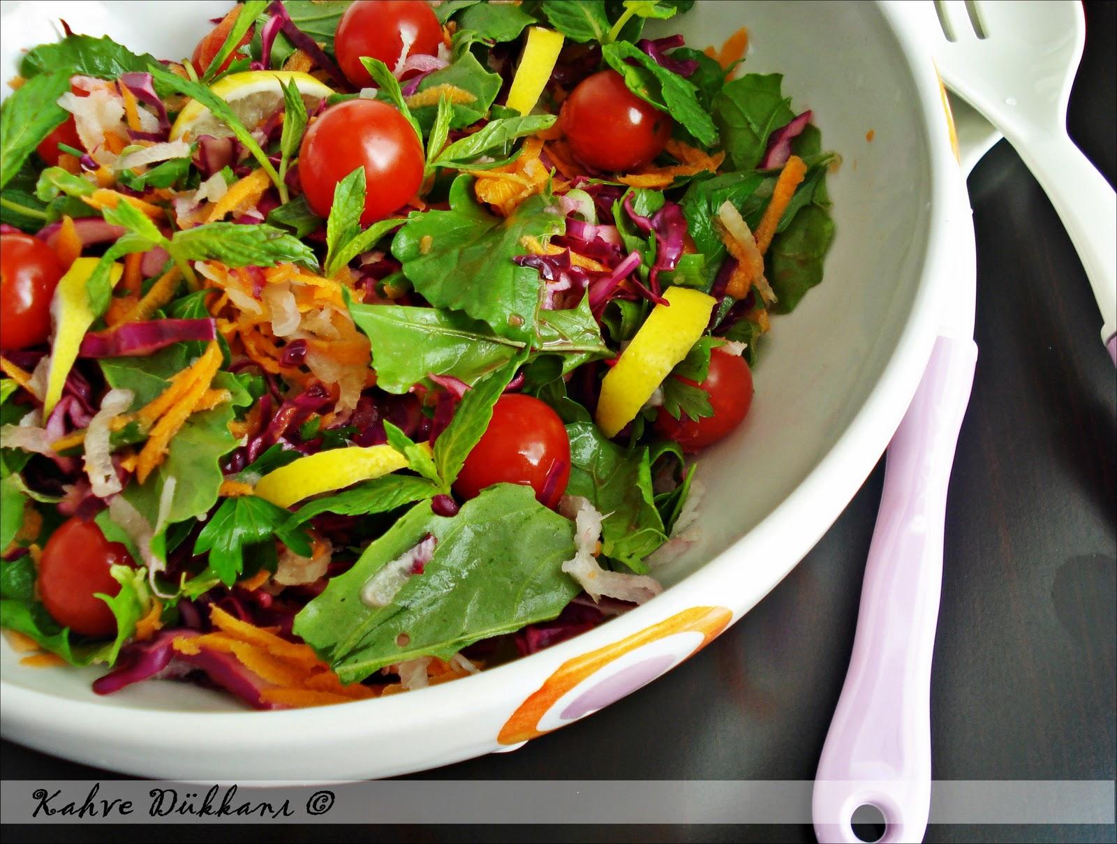 Taze Otlu Domates Salatası - Malzemeler ve Tarifi