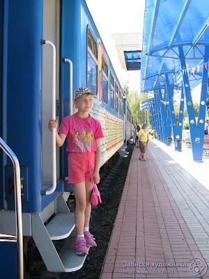 Казанская детская железная дорога, Настя на подножке вагона