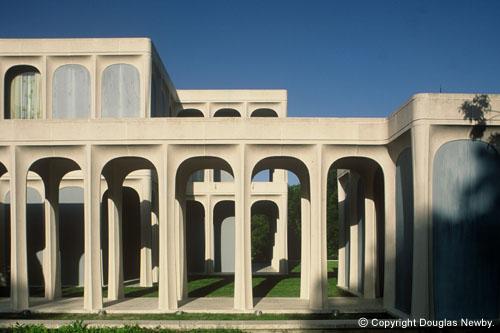 Detalle arquitectónico exterior de la residencia diseñada por Philip Johnson en Estados Unidos