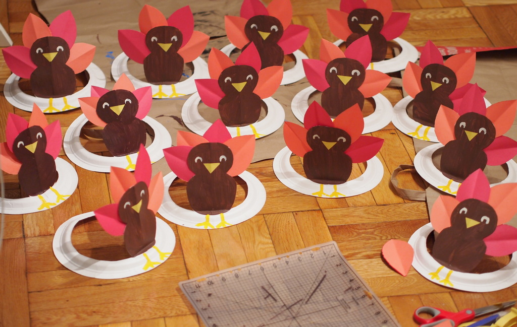 DIY tutorial to make turkey paper plate hat : paper plate turkey crafts - pezcame.com