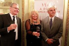 Silvia Ramos de Barton con los hermanos Schroeder de la bodega Familia Schroeder