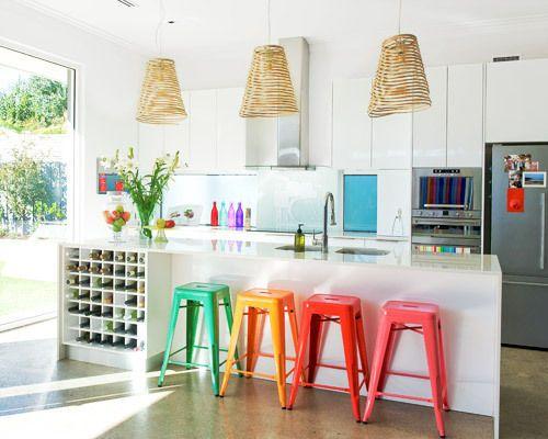 cozinha com banquetas coloridas