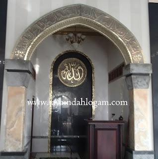 mihrab adalah bagian dari bangunan masjid  ataupun mushola yang biasanya digunakan imam untuk memimpin sholat berjamaah. Mihrab ini beda dari yang lainnya karena kami membuat dari bahan logam kuningan dan juga bisa dari bahan tembaga, mihrab kuningan ini dengan tulisan arab di ambil dari ayat suci Al-qur'an yang mempunyai arti makna penting yang terdapat pada tulisan mihrab tersebut ,dan  ukiran tulisan arab pada mihrab tersebut akan menampilkan kesan indah, mewah serta elegan di ruangan interior  masjid.