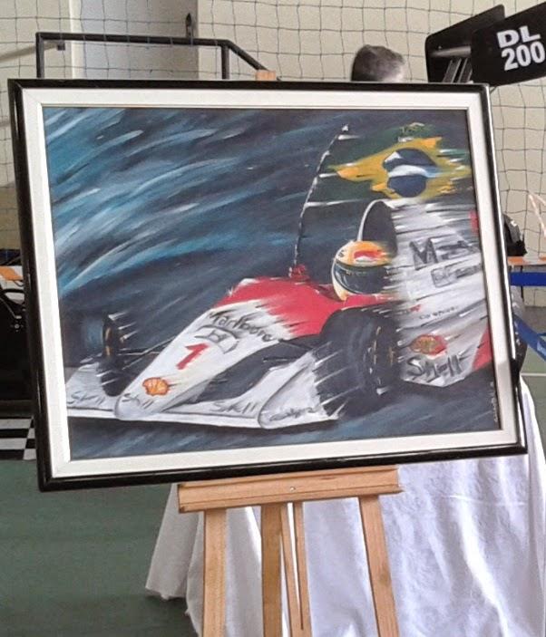Pintura faz homenagem ao piloto brasileiro Ayrton Senna.