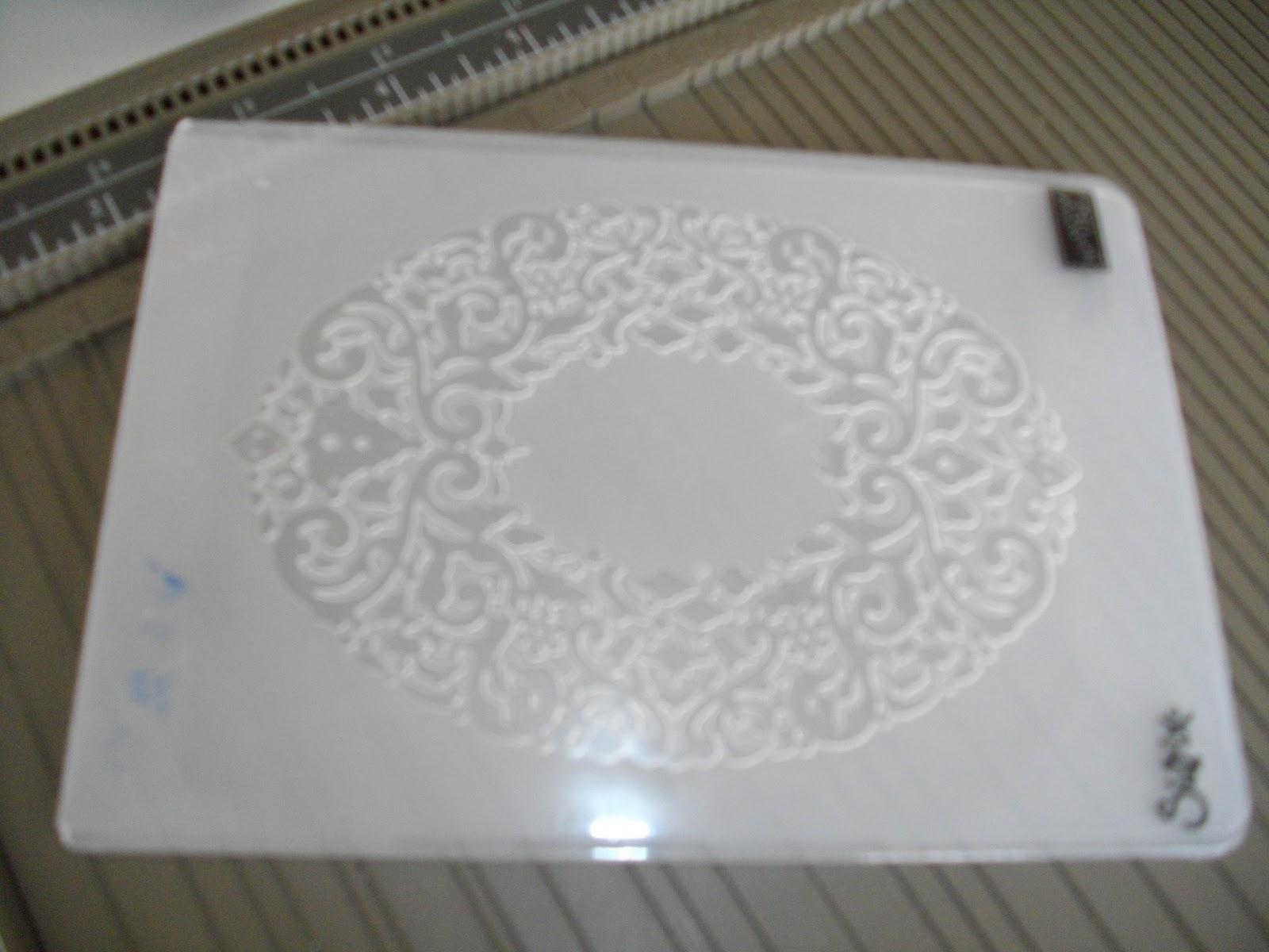 Matériel pour réaliser ces faire part! Papier cartonné murmure blanc. Enveloppe C6 murmure blanc. Plioir à gaufrage couronne de lavent (vendu dans le