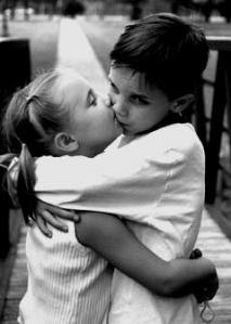 Es insoportable estar aquí junto a ti sin sentir que me rodean tus brazos.
