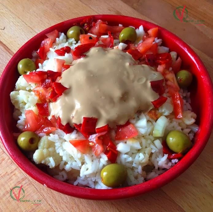 Ensalada de arroz y coliflor con mayonesa de salsa de soja.
