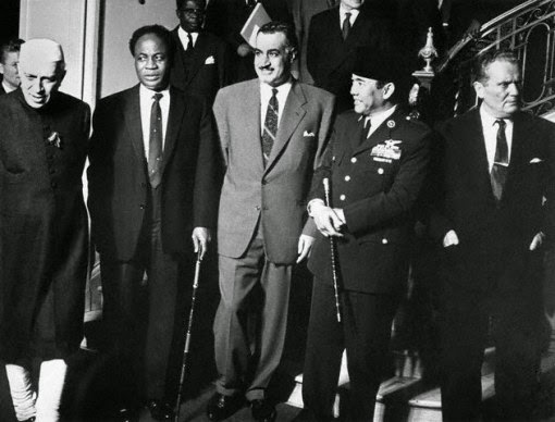 President Sukarno stood side by side with the four leaders of the Non-Aligned countries after they finished a meeting.