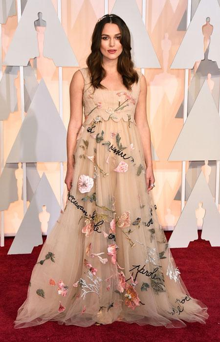 Кира Найтли бременна в нежна рокля с флорални мотиви на Оскари 2015