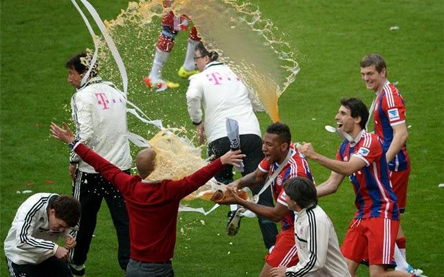 A Guardiola le dieron un baño de cerveza