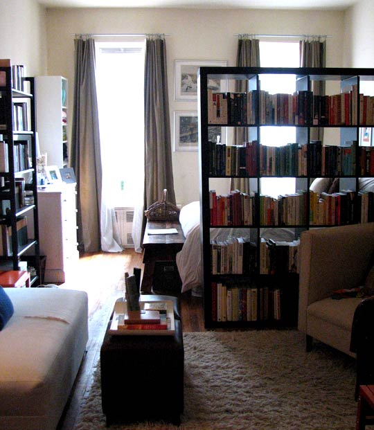 6 tips making your own room divider - Bookshelves as room divider ...