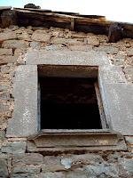 Detall d'una finestra del mas de Sant Pere de les Cigales