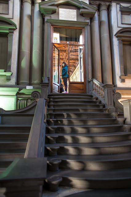La gran escalera (lo siento: no le hace justicia) :: Canon EOS5D MkIII | ISO800 | Canon 28mm | f/2.0 | 1/10s
