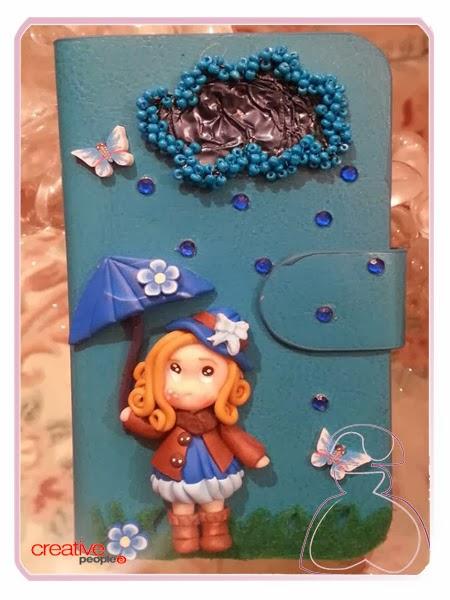 Funda universal para móvil en azul decorada a mano por Sylvia Lopez Morant