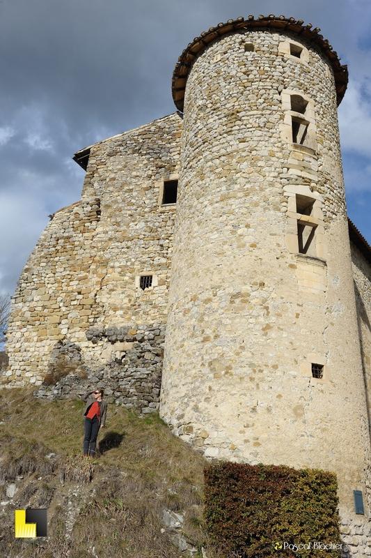 valérie devant une tour du chateau de la charce photo blachier pascal