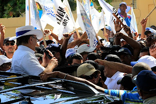 Hipolito Mejía encabeza caravana  por varios municipios de san Cristóbal. Promete   construcción  de obras  prioritarias  de esas comunidades.