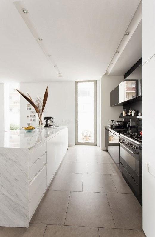 cocina blanca combinada con gris antracita