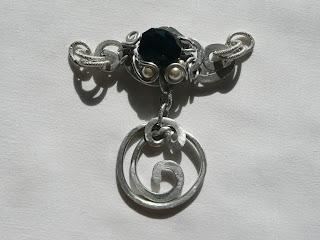 Gioielli wire, filo di alluminio, ciondolo - L'onore; Umetnički nakit, privezak - Čast